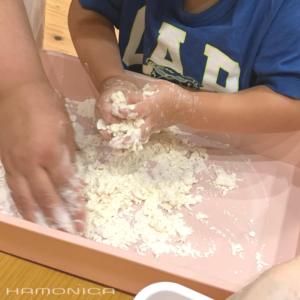 小麦粉をまぜまぜ
